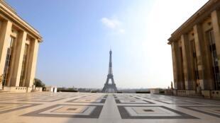 La tour Eiffel vue depuis l'esplanade du Trocadéro, le 20 mars 2020, alors que Paris est en situation de confinement.