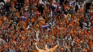 Netherlands' Robben and Elia wave to fans after victory over Uruguay