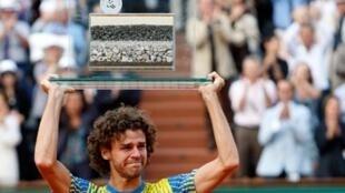 Gustavo Kuerten, levanta o último troféu em Roland Garros.