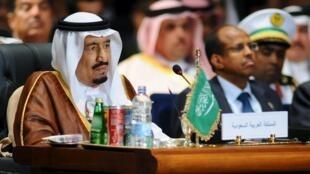 Король Саудовской Аравии Сальман в ожидании открытия саммита , 28 марта 2015 года