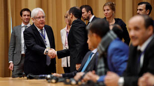Le médiateur de l'ONU, le Britannique Martin Griffiths salue un membre de la délégation yéménite à la rencontre de Stockholm, le 6 décembre 2018.