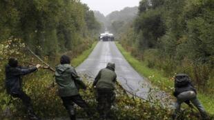 Экологи перегораживают дорогу жандармам, Нотр-Дам-де- Ланд (Notre-Dame-des-Landes) 17 октября 2012 года