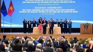 Ủy viên Thương Mại châu Âu Cecilia Malmstrom (T), bộ trưởng Thương Mại Rumani Stefan Radu Oprea (G) và bộ trưởng Công Thương Việt Nam Trần Tuấn Anh (P) trong lễ ký hiệp định tại Hà Nội, Việt Nam, ngày 30/06/2019