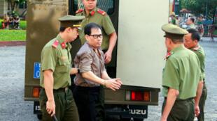 Công dân Mỹ James Nguyen bị cảnh sát Việt Nam áp giải đến tòa án ở thành phố Hồ Chí Minh, ngày 21/08/2018.