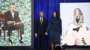 Le couple Obama entre leurs portraits au musée de Washington spécialisé dans les toiles représentant de grandes figures de l'histoire américaine, ce lundi 12 février 2018.
