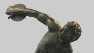 """Estatua romana en bronce representando a un atleta lanzando el disco, copia del """"Discóbolo de Mirón"""", siglo II después de J.C."""