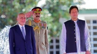 Le président afghan, Ashraf Ghani (à g.) et le Premier ministre pakistanais, Imran Khan ( à dr.), à Islamabad, le 27 juin.