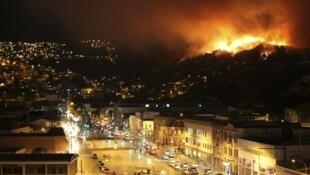 Valparaiso en proie à l'incendie, le 12 avril 2014.