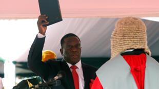 Sabon shugaban kasar Zimbabwe Emmerson Mnangagwa, yayin da yake karbar rantsuwar fara aiki.