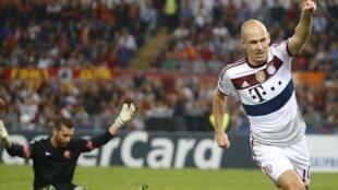 Arjen Robben, jogador do Bayern, comemora eufórico a vitória de 7 a 1 contra o Roma, na Itália.