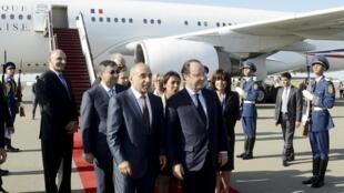 President François Hollande (R) arrives in Baku