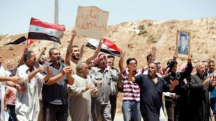 As bandeiras do regime voltaram às ruas de Umm al-Mayazen, em Deraa, em 10 de julho de 2018.