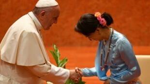 Папа римский Франциск и государственный советник Бирмы, лауреат Нобелевской премии мира Аун Сан Су Чжи. 28 ноября 2017
