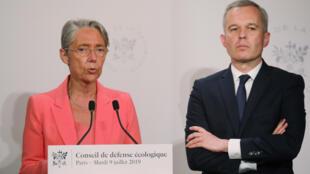 Новый министр экологии Элизабет Борн вместе с покидающим этот пост Франсуа Де Рюжи на конференции в Париже 9 июля 2019 года