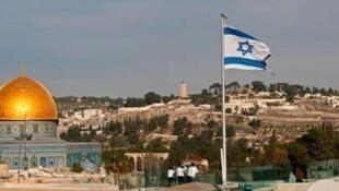 L'esplanade de la mosquée et drapeau israélien.
