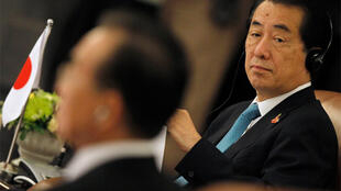 Japanese PM Naoto Kan looks at Chinese Premier Wen Jiabao during the 13th Asean summit, in Hanoi