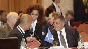 Vicealmirante José Antonio Lemus Guzmán, viceministro de Defensa Nacional de Guatemala, Julissa Reynoso, embajadora de Estados Unidos en Uruguay, y Leon Panetta, secretario de Defensa de Estados Unidos, en Punta del Este el 8 de octubre de 2012.