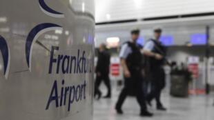 Depuis mercredi 17 novembre, la présence policière dans les aéroports et les gares est très visible en Allemagne.