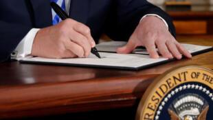 Tổng thống Mỹ Donald Trump ký sắc lệnh rút Hoa Kỳ ra khỏi thỏa thuận hạt nhân Iran, ngày 08/05/2018.