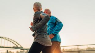 Certains exercices ont un effet bénéfique direct sur l'os, tels la marche, le jogging, le fitness, la danse, l'entraînement musculaire, car ils nécessitent de porter le poids du corps et impliquent un impact au sol.