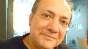 El guitarrista argentino Rudi Flores en los estudios de RFI en París.