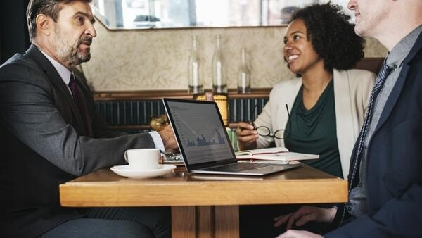 Divisão das tarefas nas empresas deve considerar diferenças de idade dos funcionários, mas evitando criar nichos.