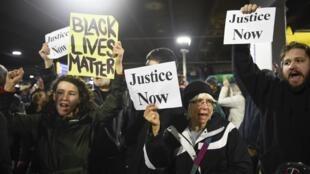 Des manifestants du mouvement «Black Lives Matter» brandissent leurs slogans, lors d'une marche le 23 décembre 2015.