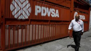 Bên ngoài trụ sở tập đoàn dầu khí quốc gia Venezuela PDVSA tại Caracas (ảnh chụp 11/2017)