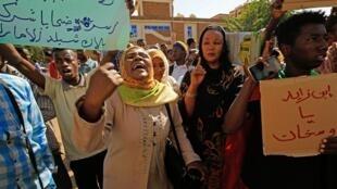 Des manifestants soudanais portent des pancartes scandent des slogans alors qu'ils manifestent devant le ministère des Affaires étrangères à Khartoum, le 28 janvier 2020.