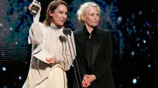 Emmanuelle Bercot e Claire Denis recebem o prêmio de melhor direção para Roman Polanski. Em 28 de fevereiro de 2020.