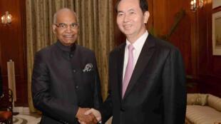 Tổng thống Ấn Độ Ram Nath Kovind (Trái)  đón tiếp chủ tịch Việt Nam Trần Đại Quang tại phủ tổng thống ở New Delhi ngày 03/03/2018.