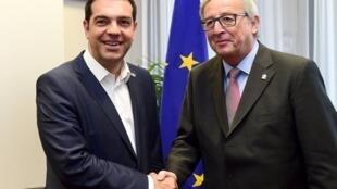 Da esquerda para a direita, o Pimeiro-ministro grego, Alexis Tsipras, com o Presidente da Comissão europeia, Jean-Claude Juncker, na reunião, de 11 de junho, de 2015, em Bruxelas, Bélgica