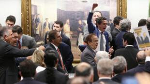 Deputados da CCJ celebram decisão favorável a Temer.
