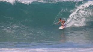 A campeã brasileira de SUP Wave Aline Adisaka