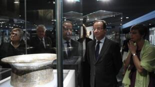 O presidente francês François Hollande inaugurou nesta terça-feira o departamento de Artes do Islã no museu do Louvre
