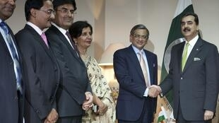 Pakistan's Prime Minister Yusuf Raza Gilani (R) shakes hands with Indian Foreign Minister S.M. Krishna (L), 15 July
