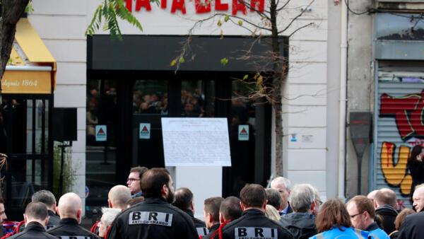 图为法国低调纪念巴黎恐袭案3周年 巴塔克兰剧场前照片