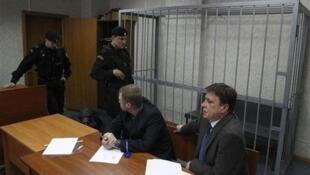 Адвокаты Сергея Магнитского перед пустой клеткой для подсудимых в зале суда (архив)