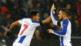Os jogadores do FC Porto, o colombiano Luis Díaz (esquerda) e o brasileiro Alex Telles (direita), perderam por 2-1 na Alemanha e tentam apuramento na quinta-feira.
