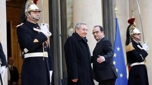 François Hollande accueille son homologue cubain Raul Castro sur le perron de l'Élysée, le 1er février 2016.