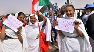 苏丹妇女上街庆祝独裁者巴希尔被赶下台