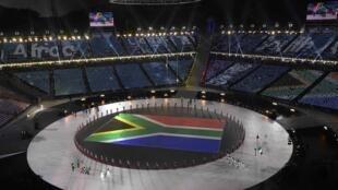 Cờ Nam Phi nổi bật trên thảm cỏ khi đoàn vận động viên nước này tiến vào sân vận động Pyeongchang, Hàn Quốc, ngày 09/02/2017