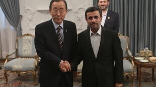 El secretario general de la ONU, Ban Ki-moon, con el presidente iraní Mahmud Ahmadinejad, a llegar a la 16 Cumbre de los No Alineados, Teherán, 29 de agosto de 2012.