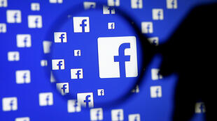 L'entreprise incriminée diffusait ses fausses informations par l'intermédiaire des services de Facebook.