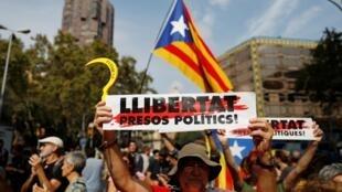 Những người phản đối phong tỏa một con đường ở Catalunya, Barcelona, Tây Ban Nha, ngày 14/10/2019.