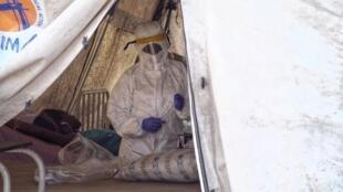 Au Nigeria, le personnel médical doit s'équiper d'une protection spécifique pour soigner les malades atteints de fièvre de Lassa
