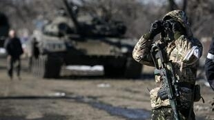 Tropas pró-Rússia avançam em direção a Debaltseve, 18/02/15.