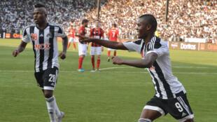Aly Samatta (à droite), du Tout Puissant Mazembe lors de la finale retour de la Ligue des champions, face à l'USM d'Alger.