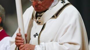 Le pape François dans la basilique Saint-Pierre, lors de la veillée pascale, le 4 avril 2015.