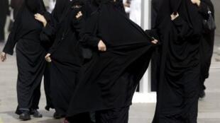 Mulheres sauditas vão às ruas exigir o direito de dirigir.